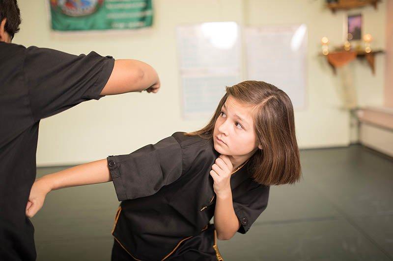 Jugend-Selbstverteidigung - Schlag ausweichen