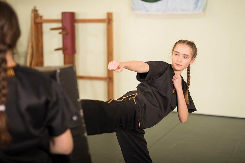 Jugend-Selbstverteidigung - Kick in Kissen